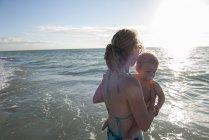 Мать, болотная в воде с малыш мальчик — стоковое фото