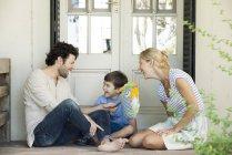 Famille avec un enfant de détente ensemble pique-nique en plein air — Photo de stock