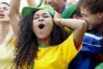Fãs de futebol brasileiro, comemorando a vitória no jogo — Fotografia de Stock