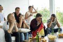 Немецких футбольных болельщиков смотреть футбольный матч дома — стоковое фото