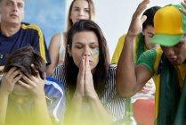 Расстроенные бразильские футбольные фанаты дома — стоковое фото