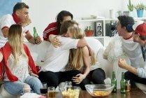 Tifosi inglesi che abbraccia a casa — Foto stock