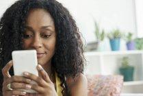 Ritratto di donna afro-americana con smartphone — Foto stock