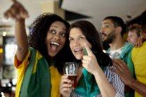 Бразильський футбол прихильників перегляду матчу в м. бар — стокове фото