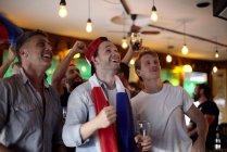 Französische Fußball-fans beobachten Match in der Bar — Stockfoto