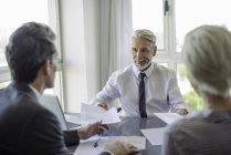 Reife Geschäftsmann Treffen mit Paar im Büro — Stockfoto