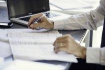 Hombre trabajando con planos en la oficina - foto de stock