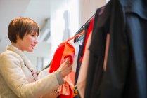 Покупки в магазині одягу жінка — стокове фото