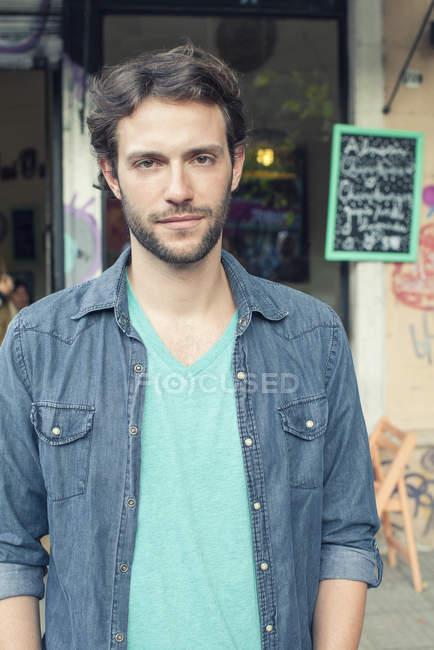 Mann steht vor Café, Porträt — Stockfoto