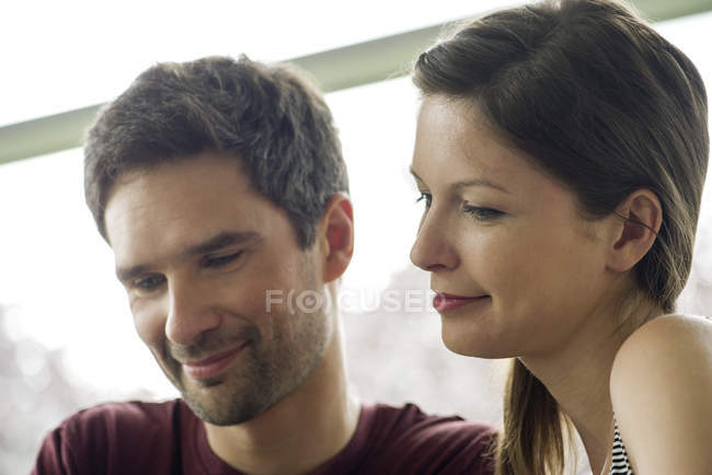 Couple relaxant ensemble, les deux souriants — Photo de stock