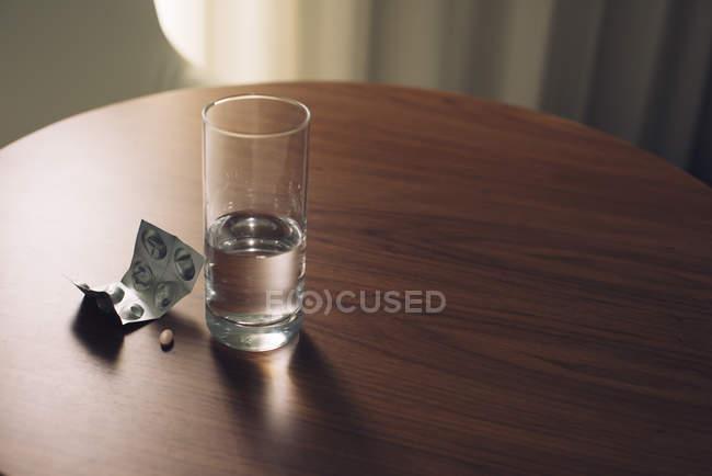 Acqua e blister di medicina — Foto stock