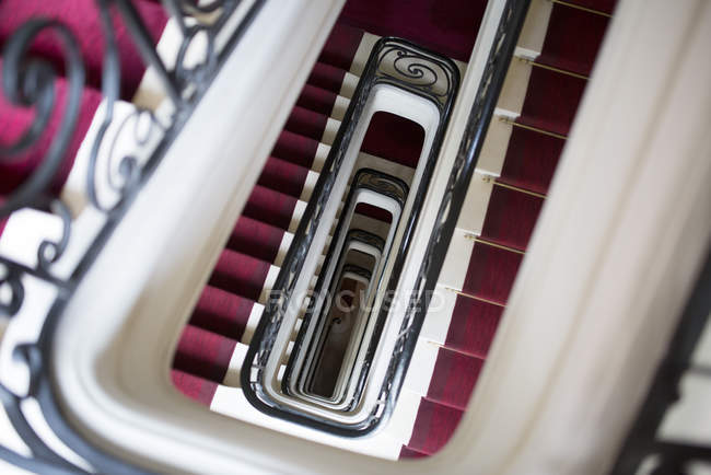 Wendeltreppe mit rotem Teppich — Stockfoto