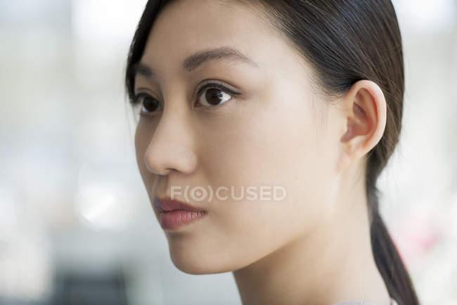 Retrato de mujer asiática joven - foto de stock