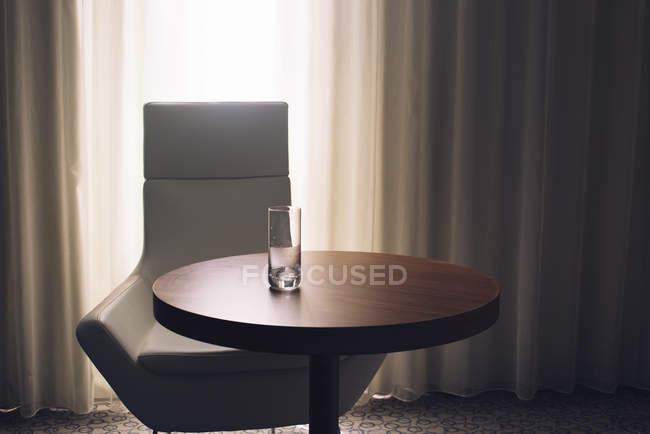 Leeres Glas auf dem Tisch — Stockfoto