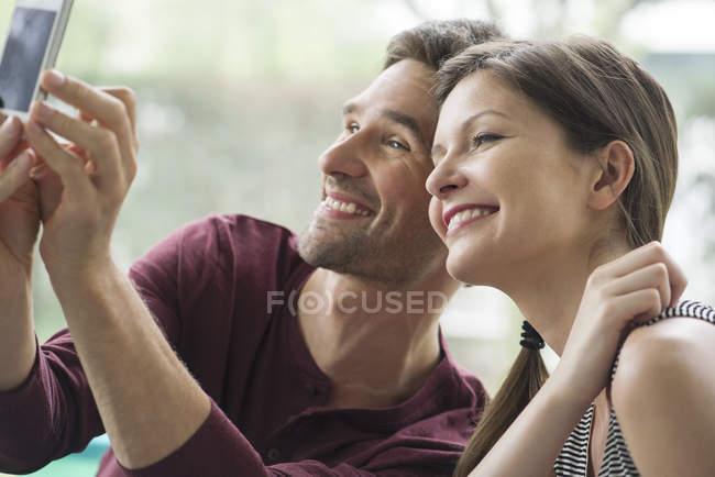 Paar posieren für ein Selbstporträt mit einem smartphone — Stockfoto
