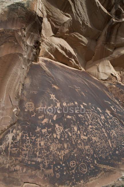 Петрогліфи в рок-газета державний історичний пам'ятник — стокове фото