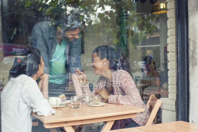 Cameriere, parlare con i clienti nel negozio di caffè — Foto stock