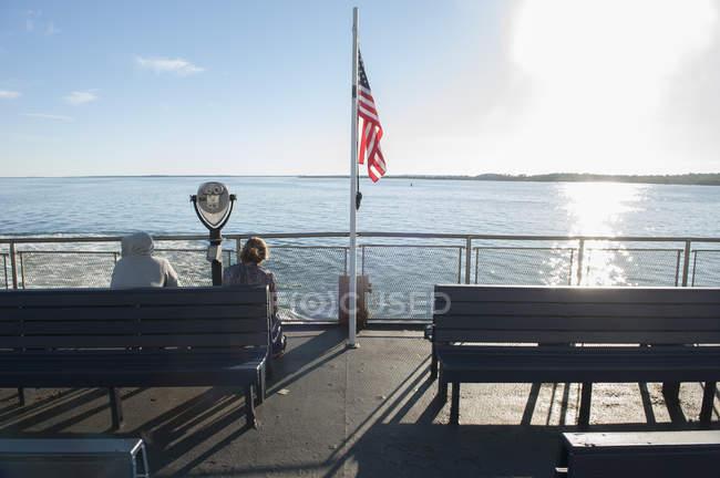 Пасажири, які подорожують на палубі Човен порому — стокове фото