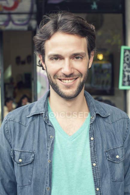 Homem em pé fora do café, retrato — Fotografia de Stock