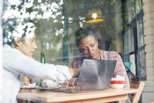 Discussione dei colleghi di lavoro nel negozio di caffè — Foto stock