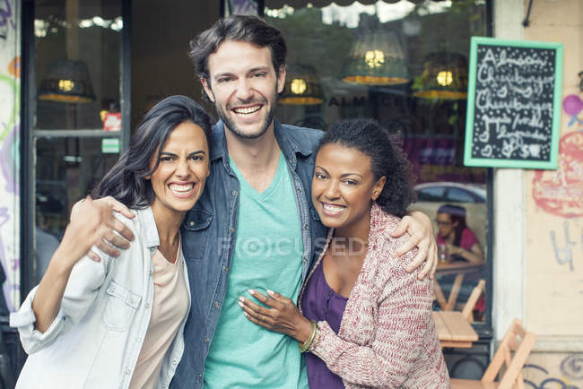 Retrato de sorrindo multi étnicos amigos — Fotografia de Stock