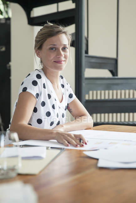 Portrait de femme Designer au travail — Photo de stock