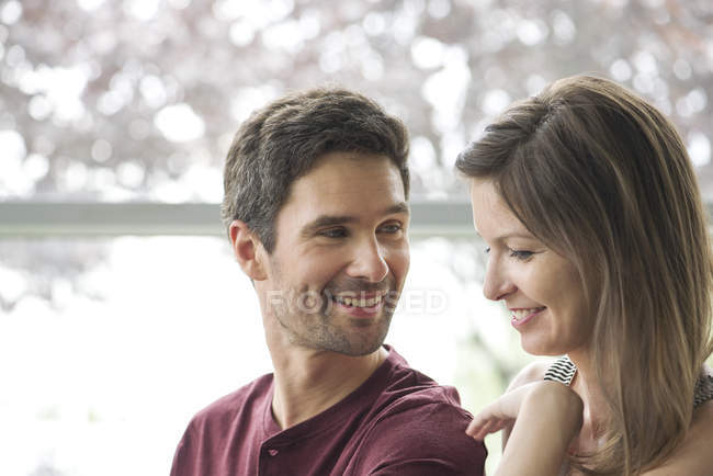 Portrait de couple souriant ensemble — Photo de stock