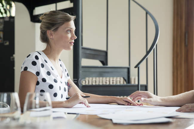 Caucasian Woman working with colleague — Stock Photo