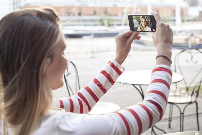 Jovem mulher posando para selfie ao ar livre — Fotografia de Stock
