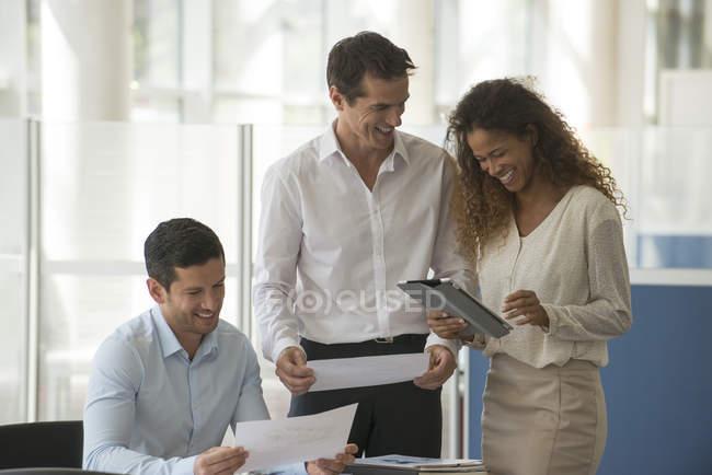 Бизнес-профессионалов, дивясь результаты в офисе — стоковое фото