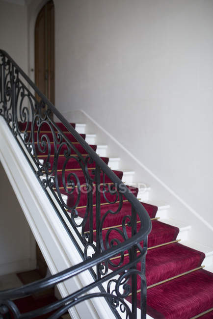 Treppe mit rotem Teppich — Stockfoto