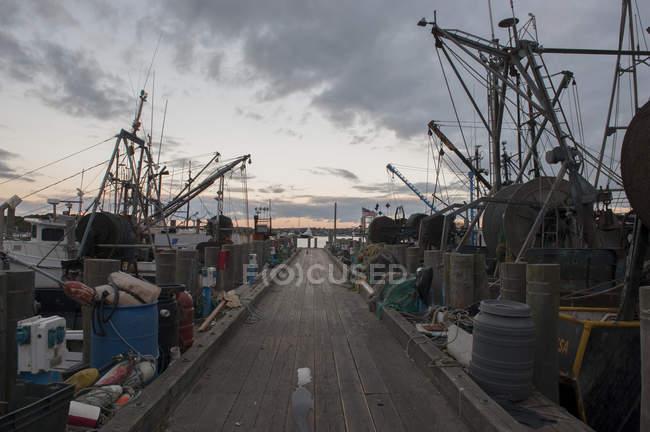 Barcos pesqueros a lo largo del muelle - foto de stock