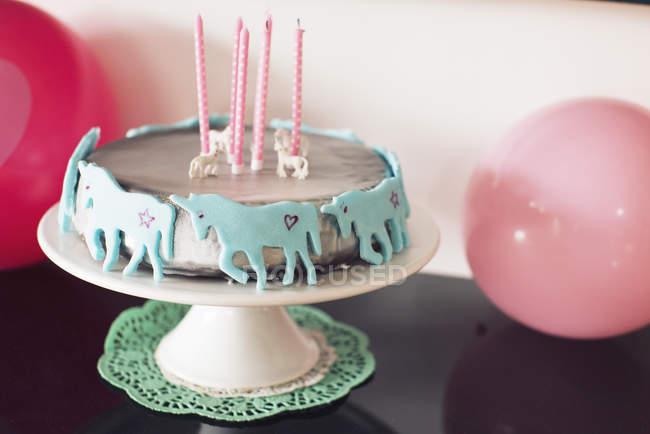 Geburtstagstorte mit Einhörnern — Stockfoto