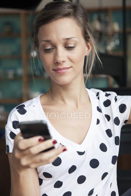 Ritratto di donna che usando smartphone — Foto stock