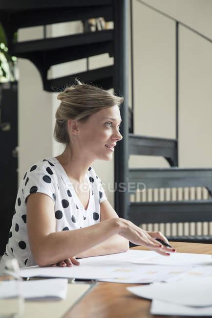 Donna sul lavoro spiegando piani al collega fuori dalla cornice — Foto stock