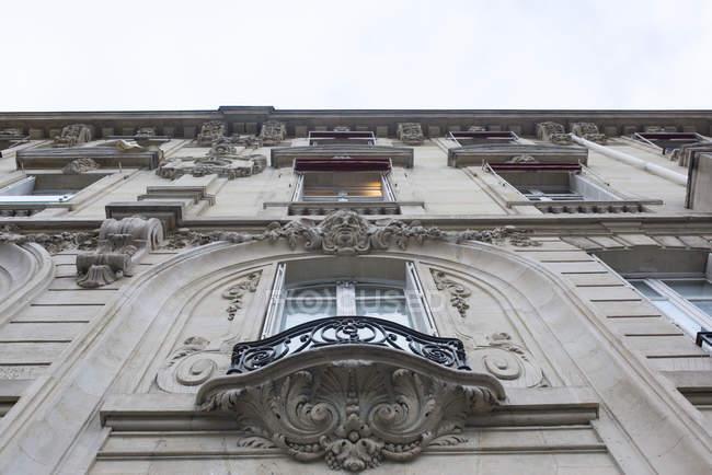 Балкон с богато украшенный барельефом функция — стоковое фото