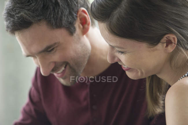 Couple relaxant ensemble, regardant vers le bas et souriant — Photo de stock