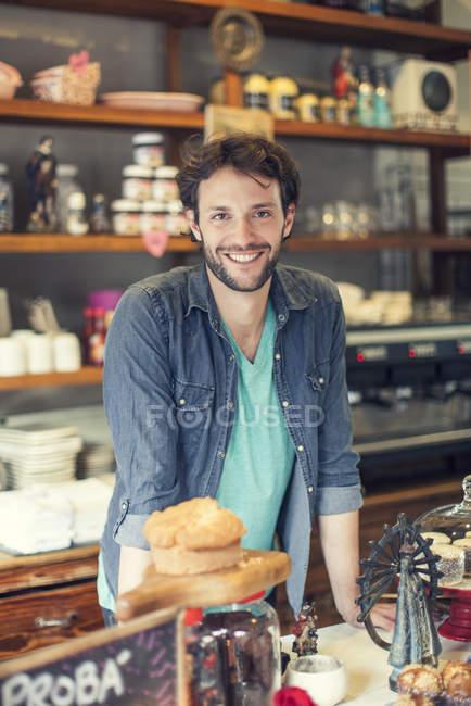 Sorridente barbuto proprietario del negozio di caffè — Foto stock