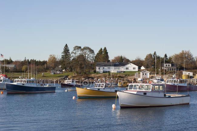 Bateaux de pêche amarré à la marina — Photo de stock