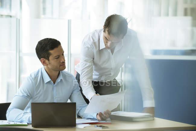 Empresários, rever o documento juntos — Fotografia de Stock