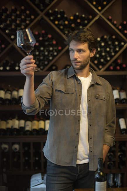 Weinkenner hält Glas Wein — Stockfoto