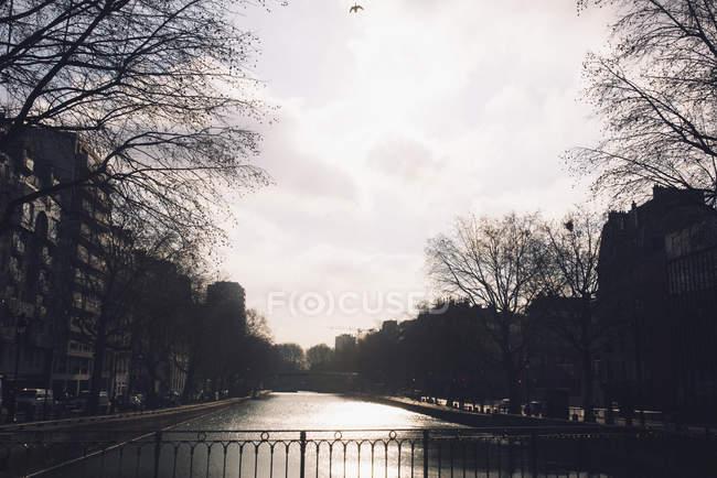 Scena del canale tranquillo con città — Foto stock