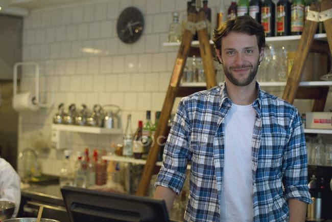 Ritratto del proprietario di Cafe al registratore di cassa — Foto stock