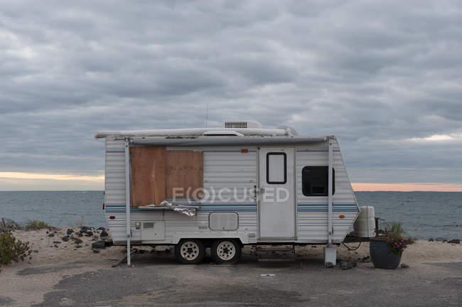 Wohnmobil am Strand geparkt — Stockfoto