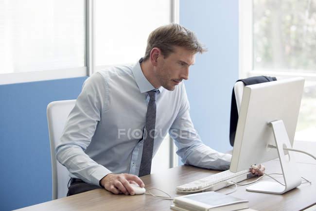 Employé de bureau axé sur le travail avec ordinateur — Photo de stock