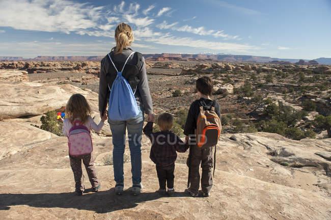 Família olhando para a vista panorâmica no Parque Nacional Canyonlands, Utah, EUA — Fotografia de Stock