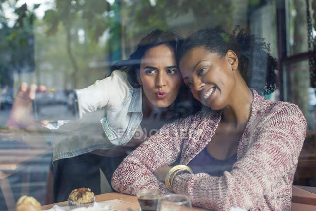 Подруги делают селфи в кафе — стоковое фото