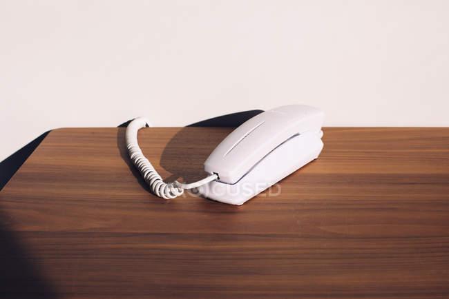 Téléphone fixe sur la table — Photo de stock
