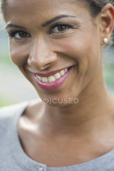 Femme souriant joyeusement, portrait — Photo de stock
