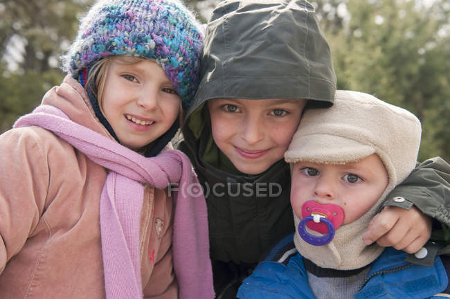 Young siblings dressed in winter clothing, portrait — Stock Photo